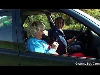 80 años de edad perra se atornilla en el coche