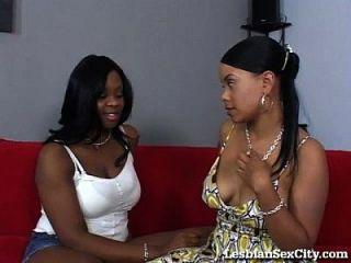 dos lesbianas de ébano comiendo coño