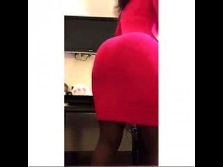 corazon kwamboka teasing en un mini vestido rojo