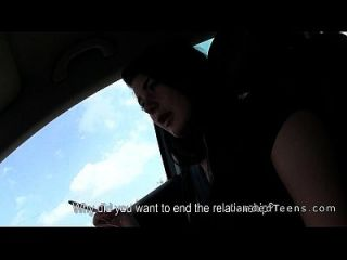 trenzado adolescente dando handjob en el coche mientras se conduce