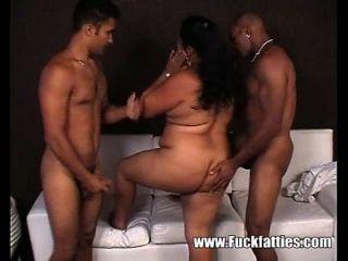 latina gorda sexy follada en sus agujeros con pollas negras