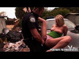 playboy caliente rubia adolescente es golpeado por el policía