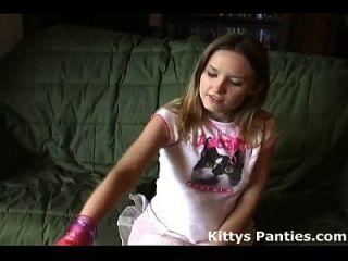 pequeño gatito adolescente destellando sus bragas en una minifalda minúscula