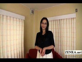 delgada y alta mujer japonesa con confianza tiras desnudas subtitulado
