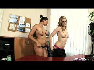 húngaro lesbianas secretaria comiendo coño en un escritorio