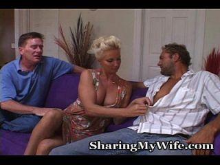 la pareja madura invita a un amigo