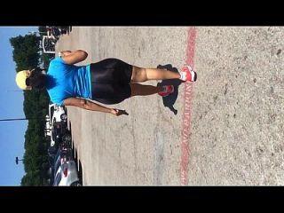 latina madura con mega botín en shorts brillantes spandex