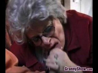 abuelita y este chico joven teniendo sexo