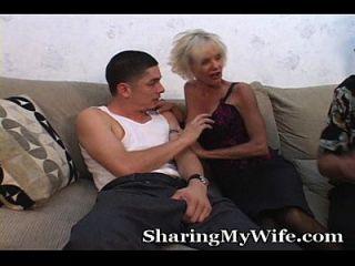 mamá más vieja folla chico joven en frente de esposo