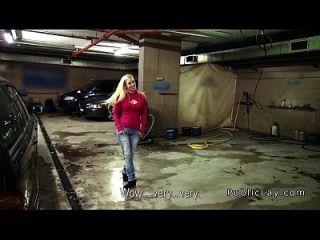 jefe femenino wanking gallo en el garaje público