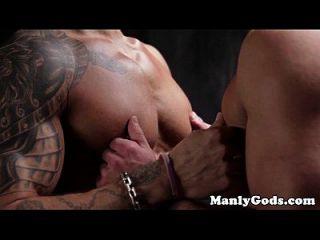 muscular gay assfucking para tatuado hunk