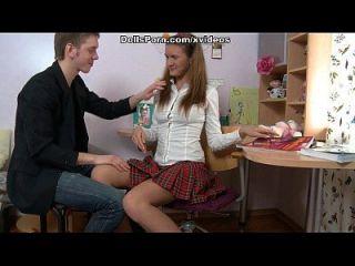chica de colegio rizado en su primera sesión de video fuck anal