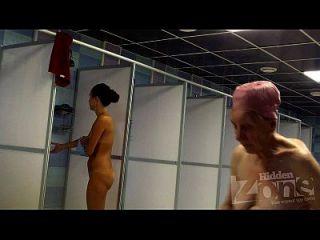 bebé bronceado en la ducha