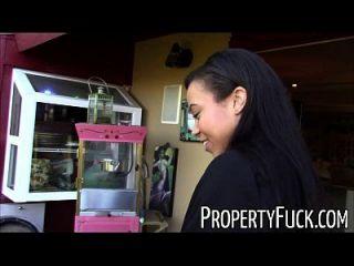joven negro agente de bienes raíces se engañado en maldito pervertido con la cámara