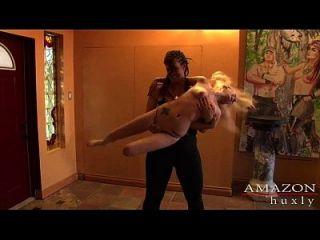 mujer amazona destruye el duendecillo