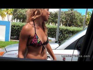 bronceado adolescente rubia golpeó en el coche pov