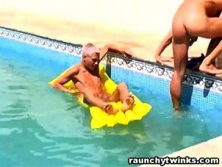 dos mierda mierda en la piscina