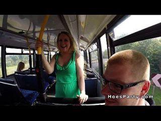 dos sexy amateur de fiesta en el autobús mientras se mueve