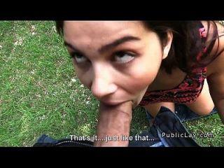 busty y peludo estudiante italiano folla en el parque pov