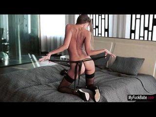euro babe maria usa un vibrador para hacerse cum