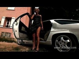 caliente adolescente zuzana tiras lentamente en la parte superior caliente de un coche sexy