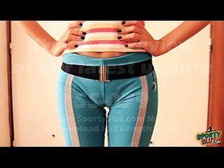 puffy cameltoe adolescente en los pantalones de yoga se extiende. Morena tetona