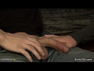 un hombre casado tatuado es follado por un gay