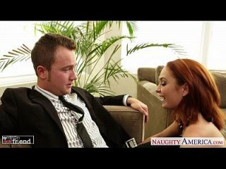 sexy pelirroja ashlee graham follando en el sofá