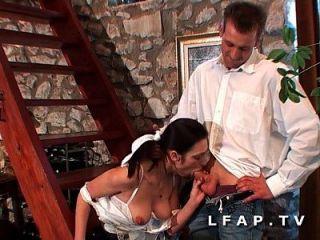 la femme de menage prend sa dose de fruit et legume par le cul