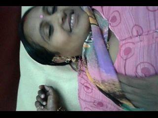 lalitha muestra su coño y tetas con saree rosa