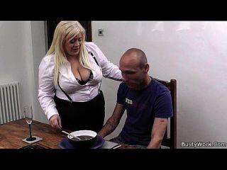rubia secretaria en medias golpeó sobre la mesa