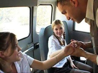 dos colegialas lindas se follan en el autobús