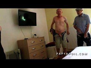 papy se cinta una buena madura con un viejo pote y un joven voyeur qui mate