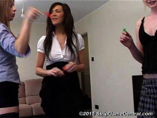 3 niñas juegan tira dardos