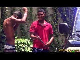 gay africano twinks follando al aire libre carwash