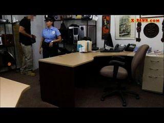 enorme boobs oficial de policía follada en la casa de empeño por dinero