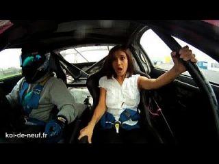 una chica que salen las tetas en auto