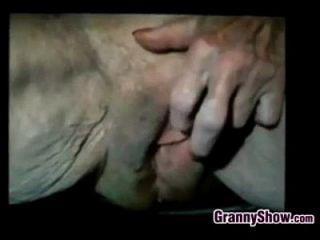 abuelita juega con su coño muy suelto