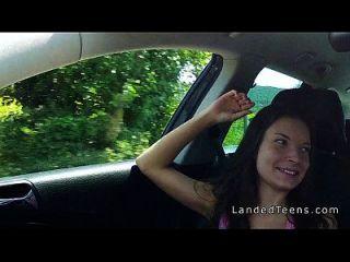 húngaro hitchhiker adolescente golpeando al aire libre