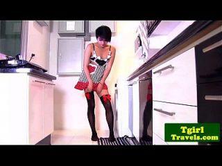 petite young ts sofie en la cocina teasing