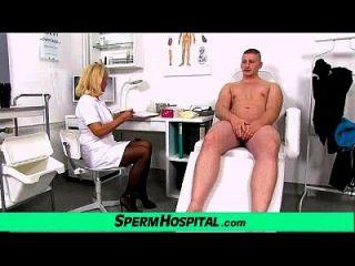 envejecido uniforme dama doctor koko joven cfnm handjob en la clínica