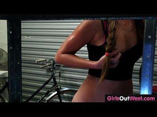 chicas a oeste lesbianas lindas amateur en taller de reparación de bicicletas