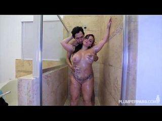 pawg betty bang se golpea el culo en la ducha
