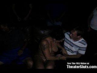 bandas de puta anal salvaje follada en el teatro porno!