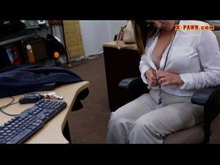 mujer de negocios de tetas grandes reprimido por el hombre de peón en el backroom