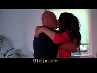 viejo hombre folla a su joven esposa en la mesa de la cocina