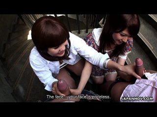 dos zorras asiáticas slutty chupar dudes en la escalera