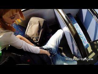 dos chicas aficionadas follando extraño en un autobús