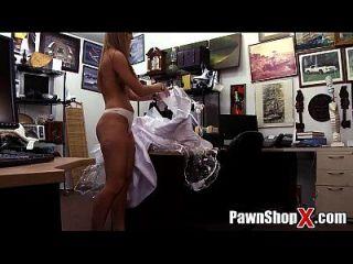 desesperada novia vende su vestido y el culo de dinero rápido en la tienda de empeño xp14512 hd