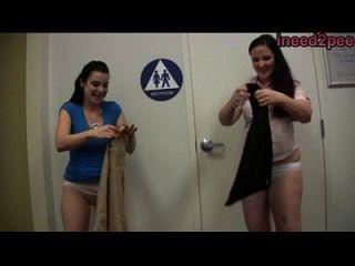 ineed2pee chicas mojando bragas vaqueros pantalones detrás de las escenas 27